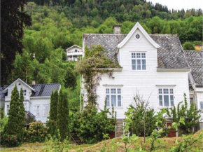 Three-Bedroom Holiday Home in Leikanger