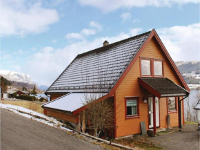 Three-Bedroom Holiday Home in Holmedal